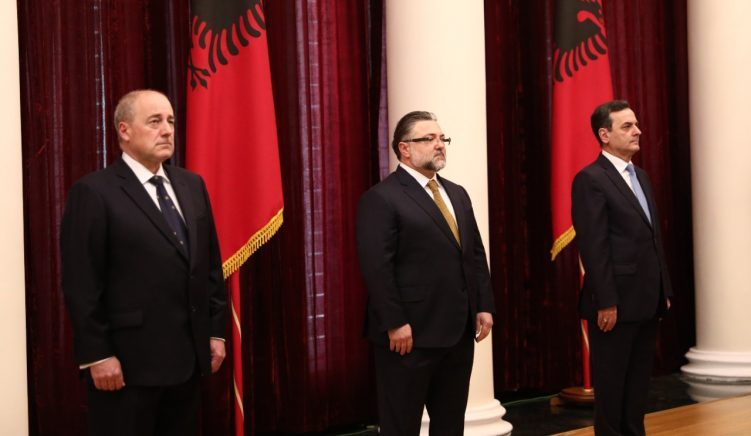 Betohen para Presidentit, tre anëtarët e parë të Gjykatës së Lartë