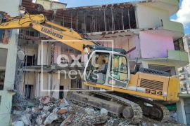 Një vit pas tërmetit, nis shembja e ndërtesave të dëmtuara në Lezhë