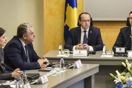 Hoti pezullon deportimin e këshilltarit të Albin Kurtit
