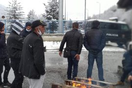Prej 3 ditësh në Kapshticë, emigrantët përplasen me policinë