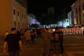 Qytetarë të shqetësuar grumbullohen në sheshin e Teatrit