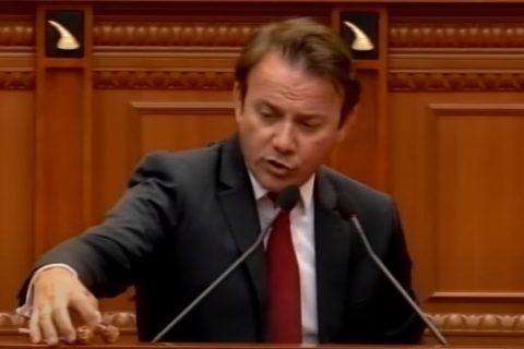 Përjashtohet nga kuvendi deputeti Gjoni pasi shpërndau lëpirëse për socialistët