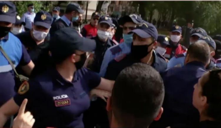 Përplasje mes policëve dhe qytetarëve në zonën pranë teatrit
