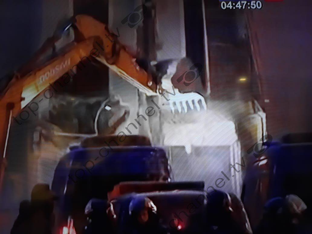 ATM padi ndaj Lleshajt, Veliajt e Veliut: Shembën teatrin me njerëz brenda