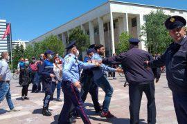 Qytetarët kudo në botë protestojnë kundër masave të izolimit