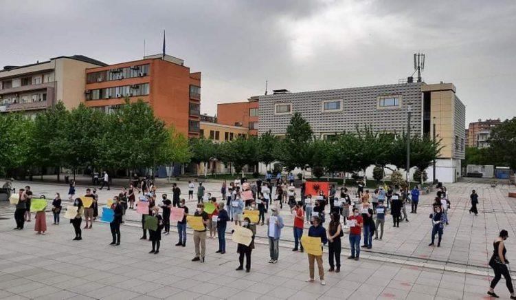 FOTO: Shoqëria civile në Kosovë proteston për shembjen e Teatrit Kombëtar të Tiranës