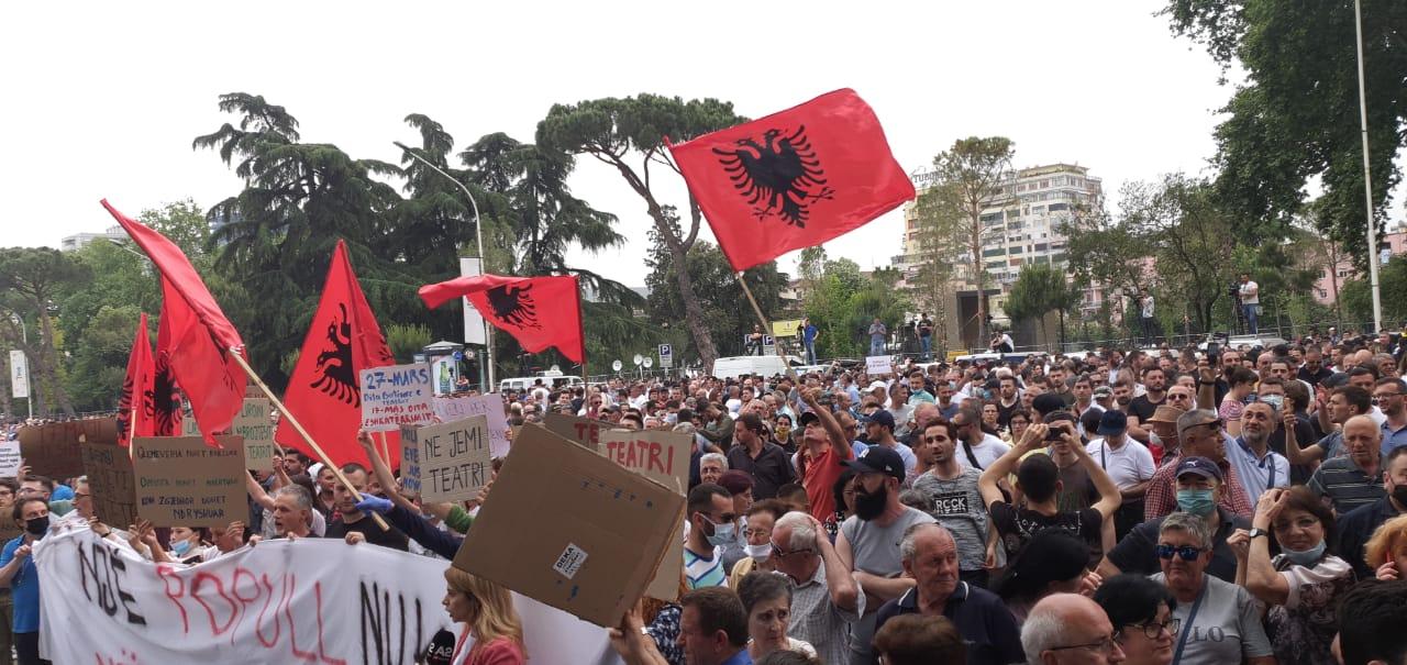 Qytetarë durrsakë protestë në 17:30 kundër prishjes së Teatrit Kombëtar