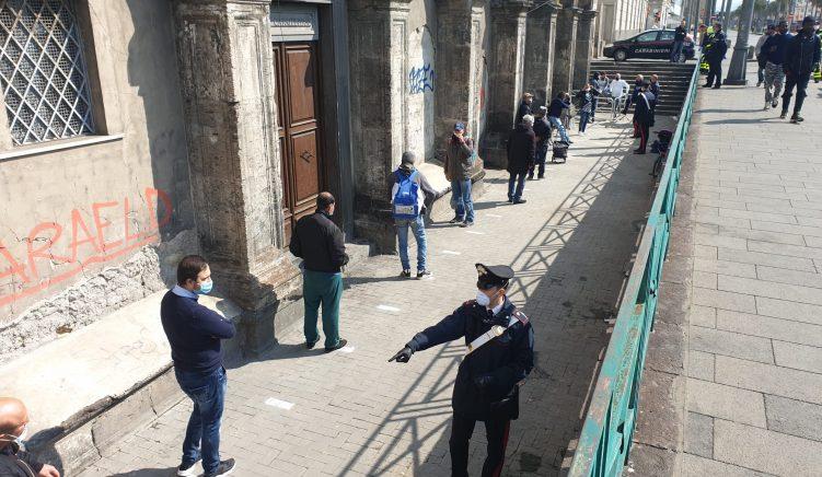 500 pica falas shpërndahen nga piceritë në qendër të Napolit