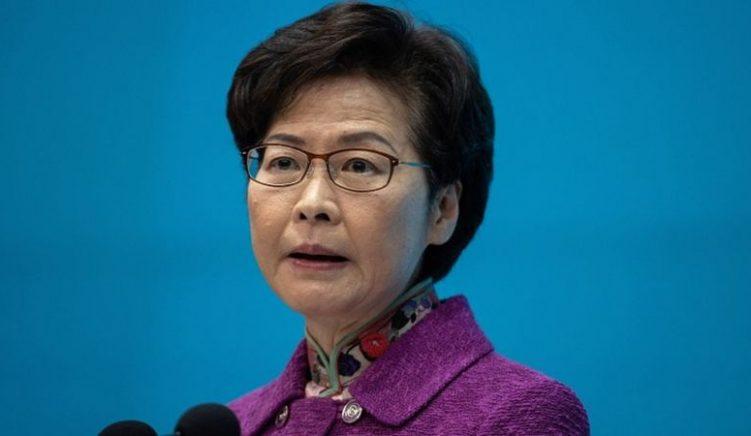 """Drejtuesja e Hong Kongut mban """"grumbuj parash' në shtëpi"""