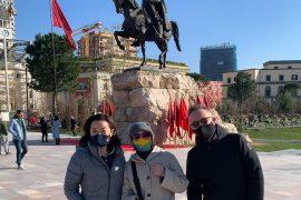 Ambasadorët Kim, Hastad dhe Bucci përkujtojnë Skënderbeun gjatë shëtitjes në Tiranë