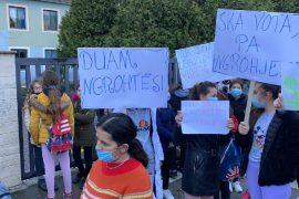 Nxënës e prindër në Elbasan protestë për mungesën e ngrohjes në shkollë