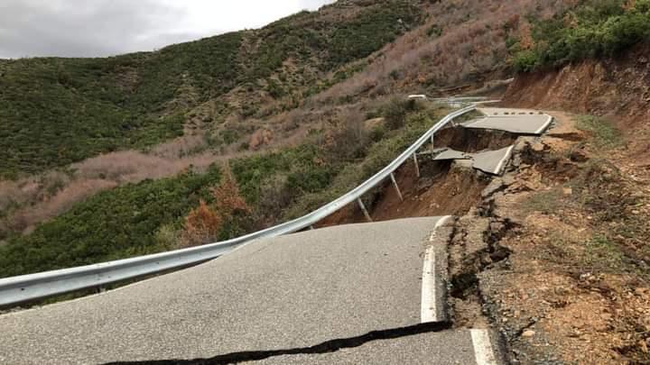 Shembet rruga Kallmet i Vogël-Ungrej nga rrëshqitjet e dheut