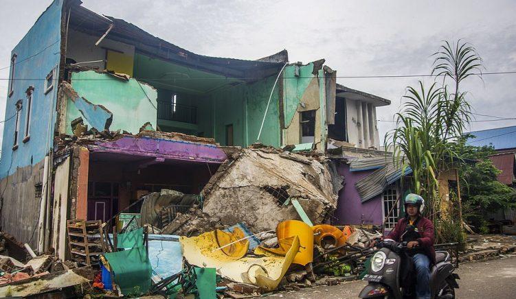 Tërmeti lë dhjetra viktima, Indonezia i frikësohet një tsunami