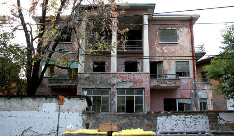Vila historike e Radio Tiranës drejt shembjes