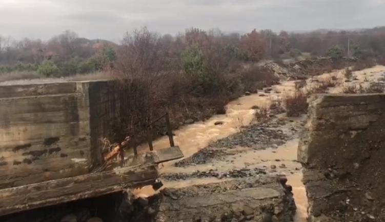 Shembet ura e Kalivaçit nga përmbytjet, banorët mbeten të izoluar