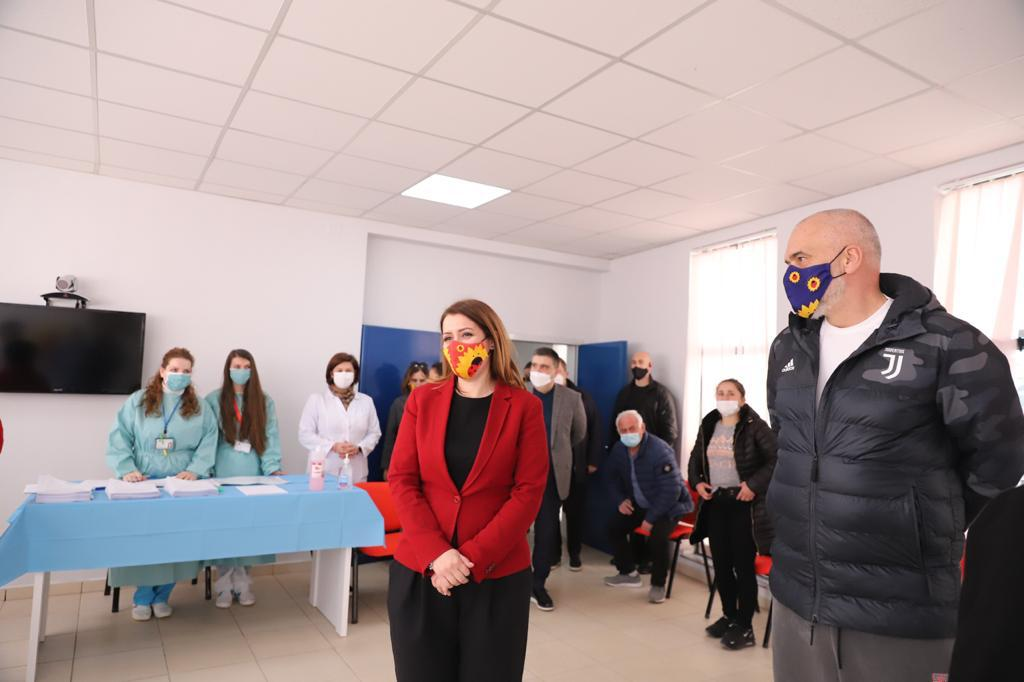Vaksinohen 130 punonjës spitali dhe të moshuar në Fier kundër COVID-19